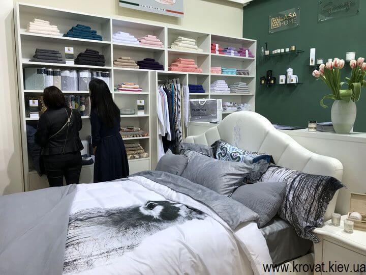 интерьер спальни с кроватью и гардеробом