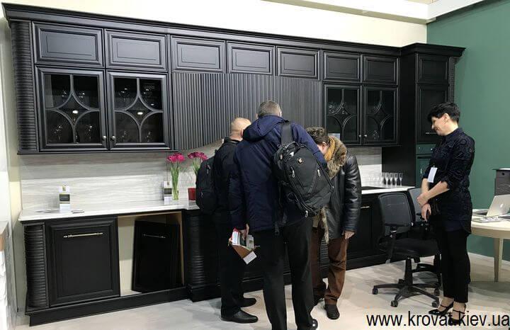классическая черная кухня на выставке
