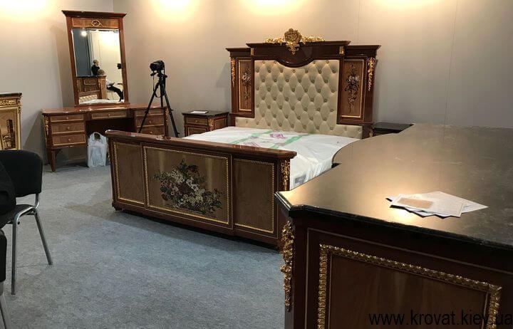 классическая кровать из дерева в спальню