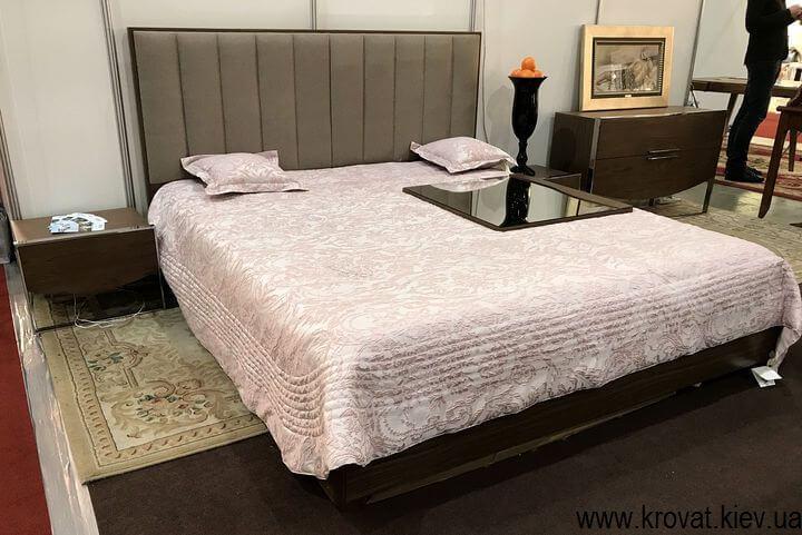 двуспальная кровать на мебельной выставке