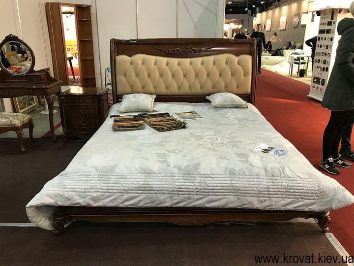 двуспальная классическая кровать на мебельной выставке