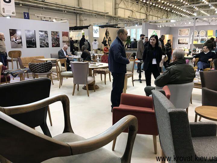 кресла на выставке мебели в Киеве