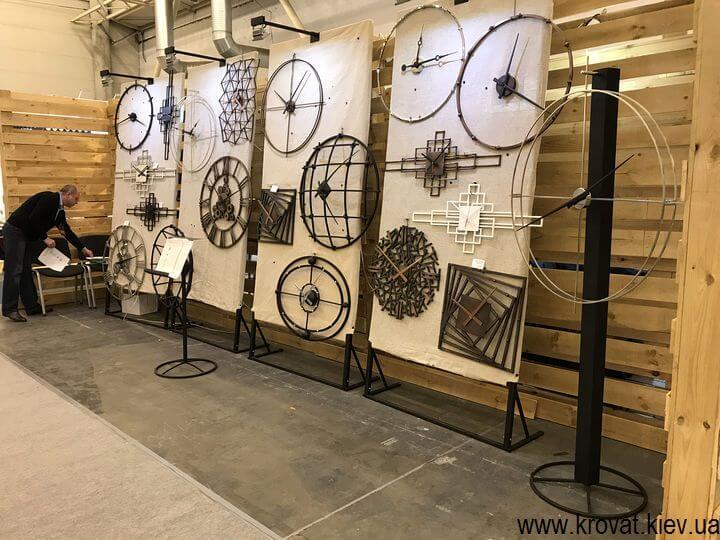дизайнерские часы под интерьер комнаты