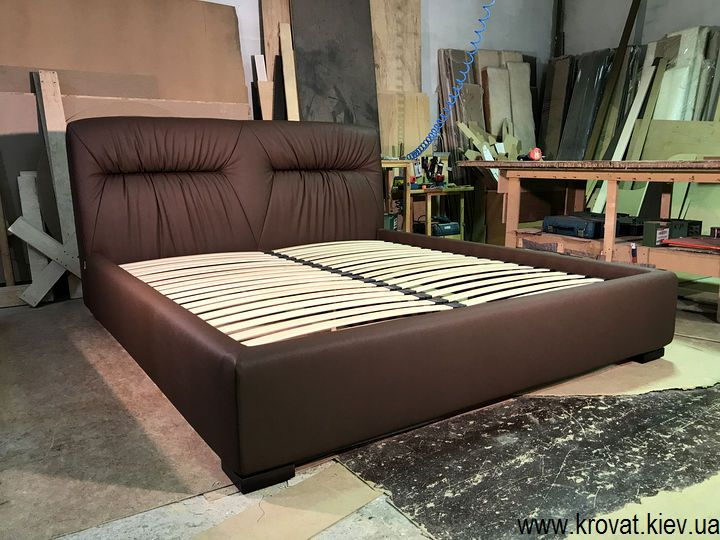 двуспальная кровать с мягкой спинкой