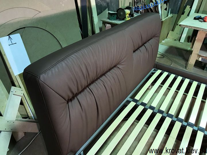 коричневе ліжко на замовлення