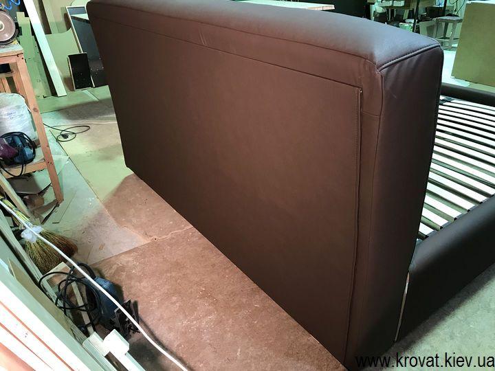 сзади кровать обита основной тканью