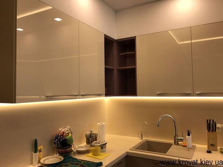 угловая кухни со светодиодной подсветкой