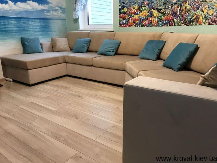 диван з нестандартним кутом в інтер'єрі
