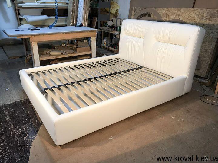 кровать белая кожа