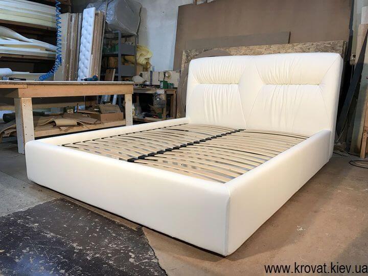 кровать в белой коже на заказ