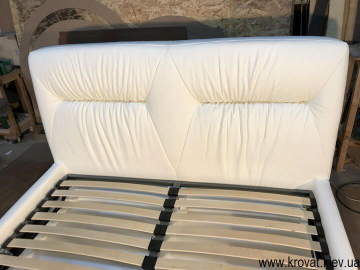 белая кровать в коже на заказ