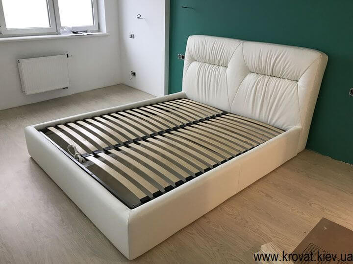 белая кожаная кровать в спальню на заказ