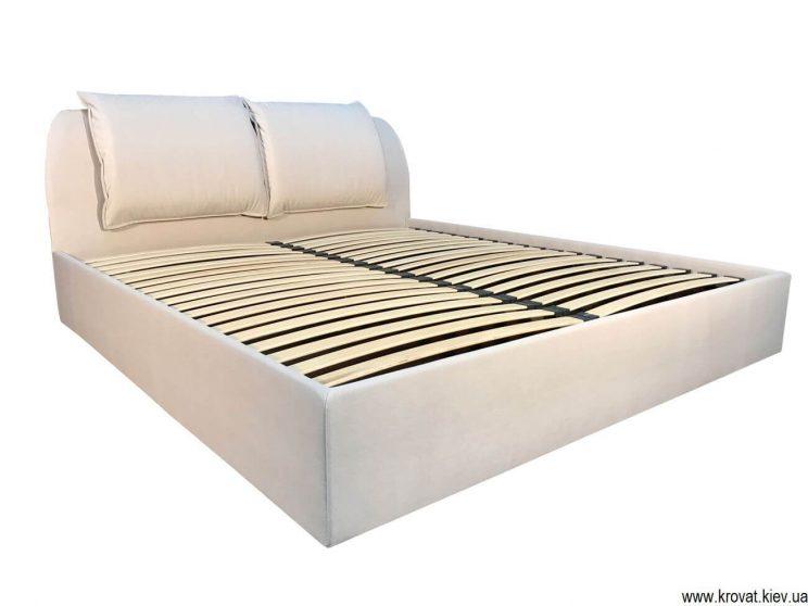кровать изголовьем в угол
