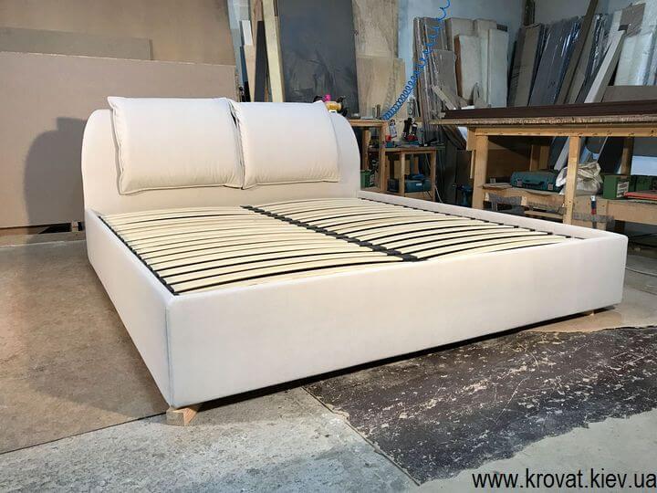 двуспальная кровать в угол спальни