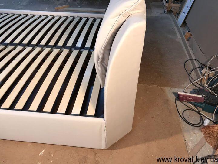 ліжко узголів'ям в кут кімнати