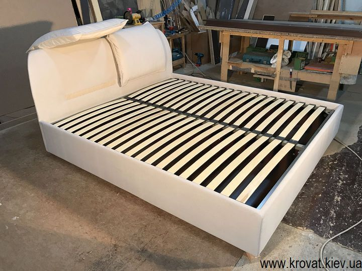 ліжко узголів'ям в кут кімнати на замовлення