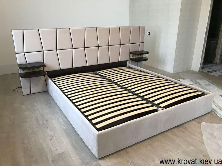 кровать в центре спальни