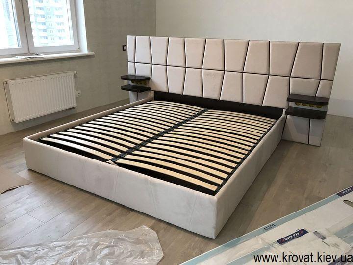 ліжко в центрі кімнати