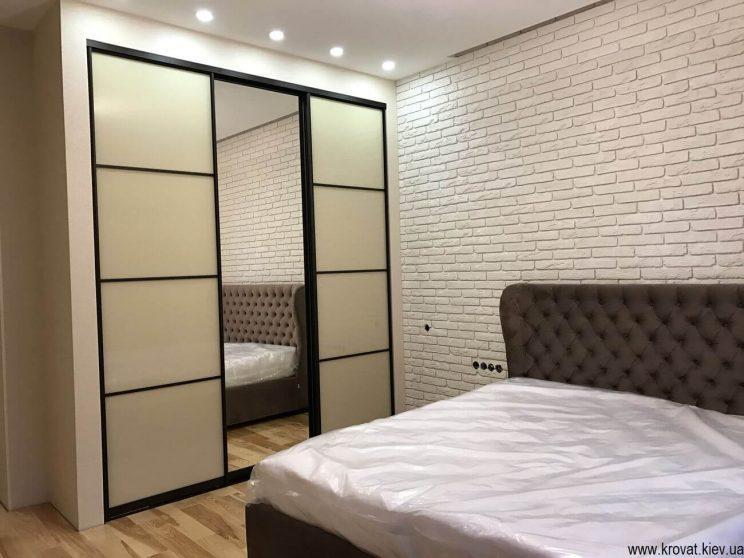 шафа купе в інтер'єрі спальні