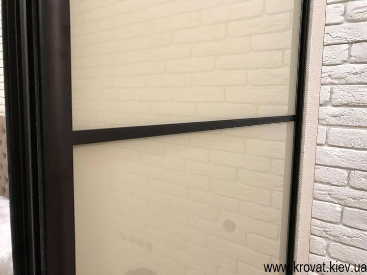 трехдверный шкаф купе встроенный в нишу на заказ