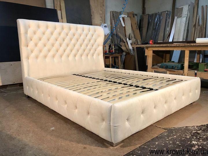 белая кровать с мягким изголовьем на заказ