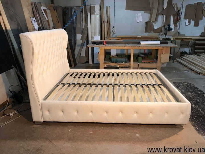 біле ліжко з м'яким узголів'ям