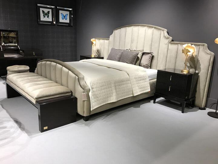 итальянская кровать с широкой спинкой