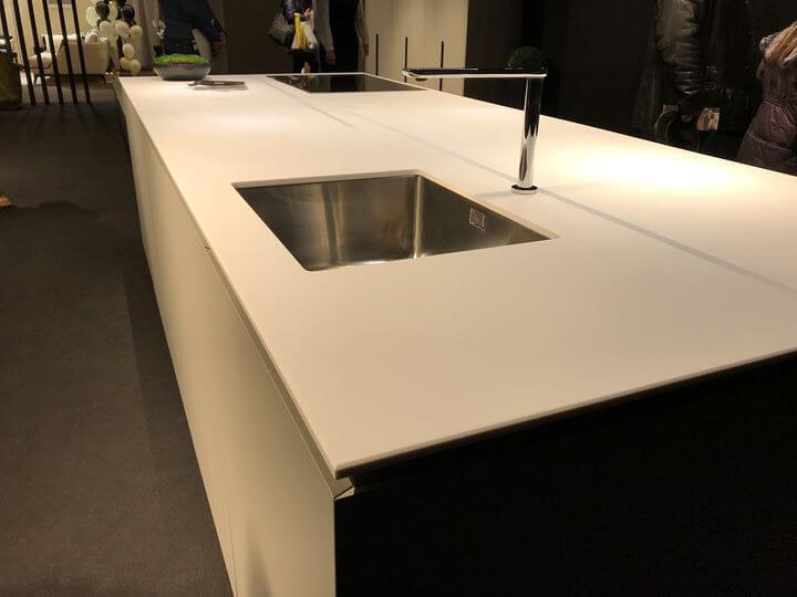 кухни со столешницей из искусственного камня