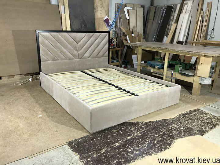 кровать с полосами по диагонали