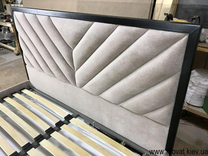 ліжко з дерев'яним обрамленням