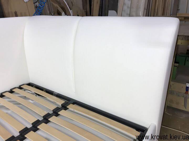 угловая кровать с боковой спинкой на заказ