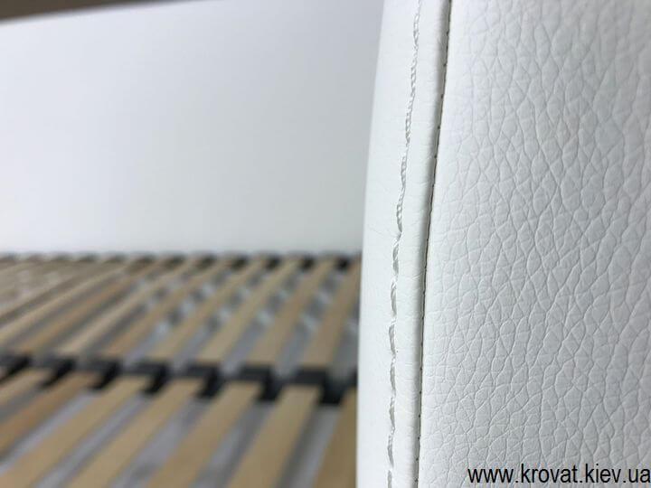 біле кутове ліжко з бічною стінкою на замовлення