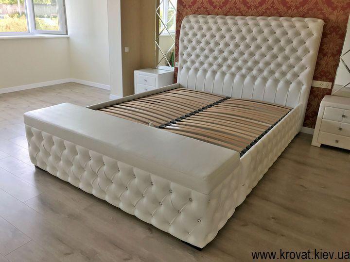 кровать с пуфом в интерьере спальни на заказ
