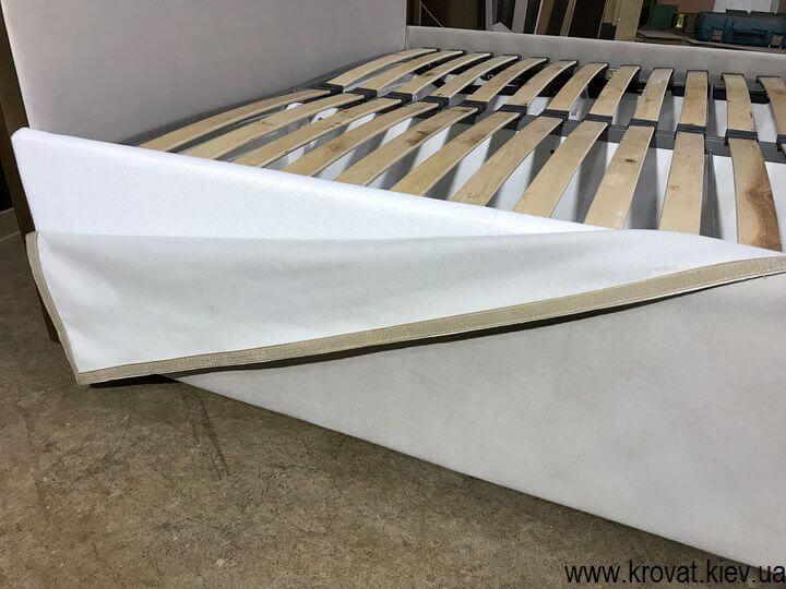 кровать с чехлом на подиуме на заказ