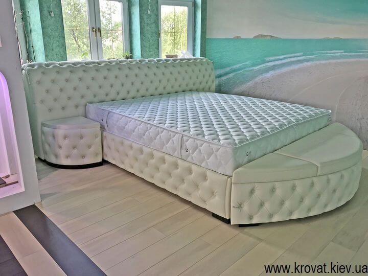 большая мягкая кровать с банкеткой на заказ