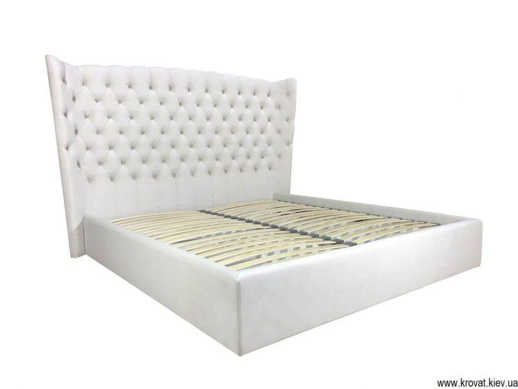кровать с высоким мягким изголовьем