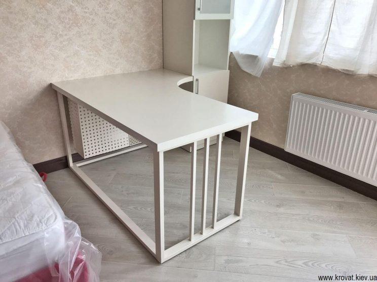 белый угловой стол с металлическими ножками на заказ