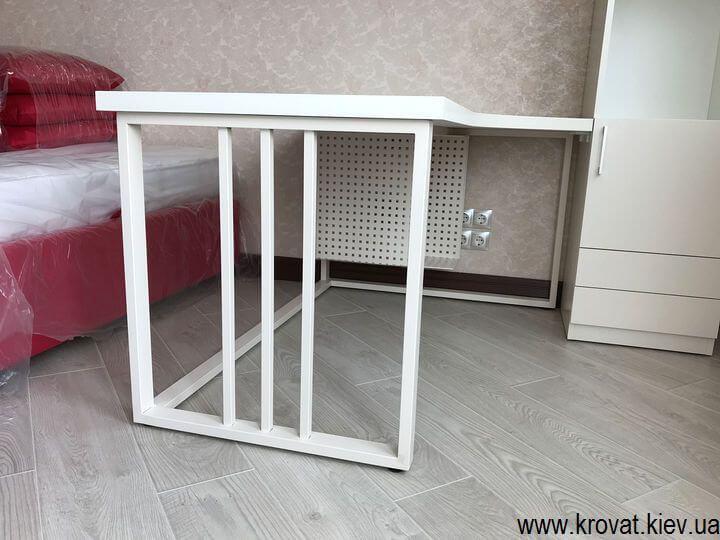 стол на железных опорах
