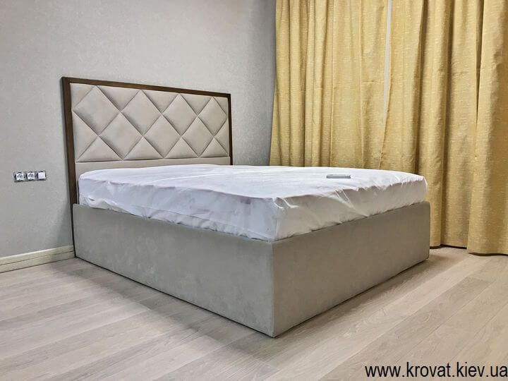 высокая кровать в интерьере спальни