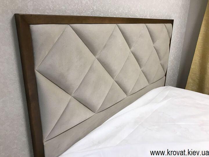 высокая кровать в спальню с деревянным обрамлением на заказ
