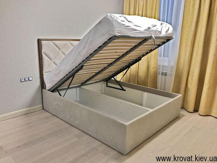 ліжко з підйомним механізмом в інтер'єрі спальні