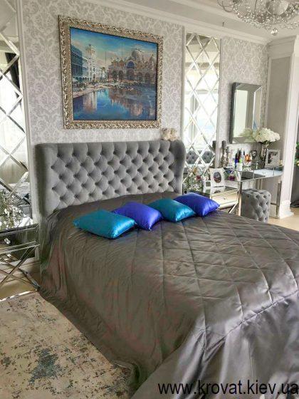 двуспальная кровать в интерьере спальни
