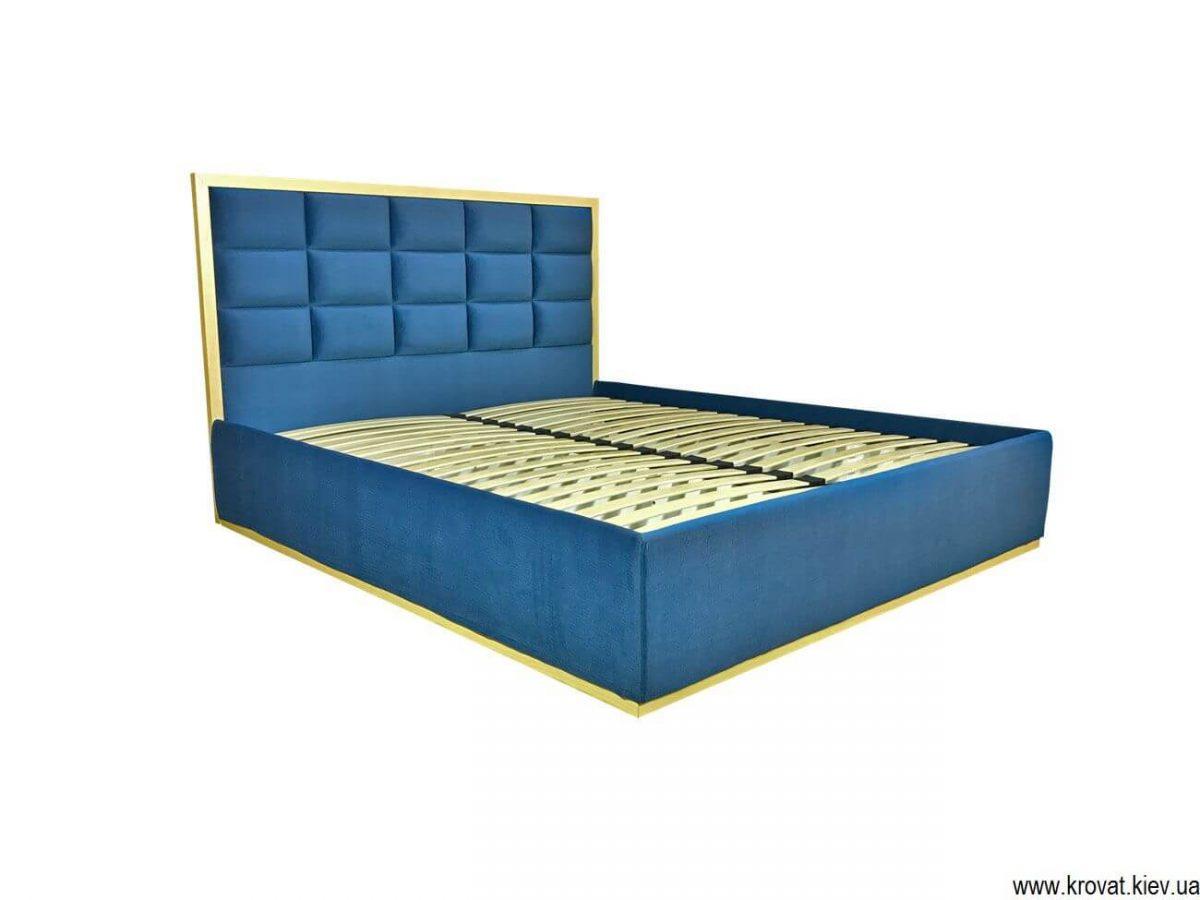 кровать с деревянной рамкой