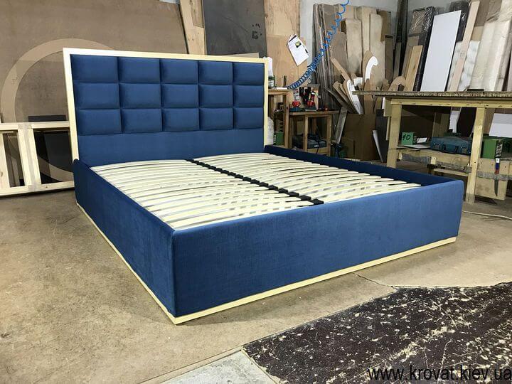 кровать с деревянной рамкой на заказ