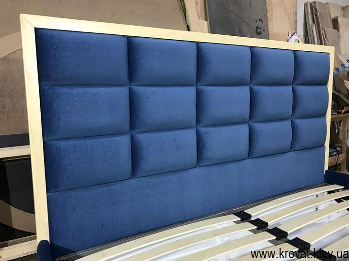 кровать с обрамлением спинки из дерева на заказ