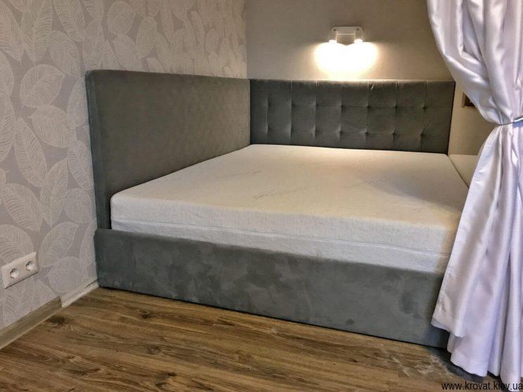 угловая кровать в нише в интерьере спальни на заказ