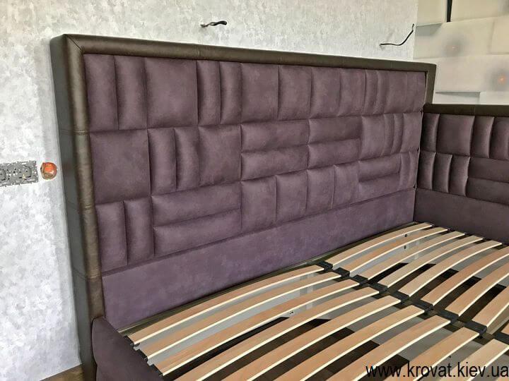 мягкое изголовье угловой кровати в спальню на заказ