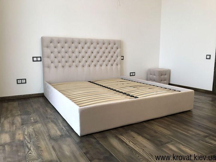кровать с тканевой обивкой