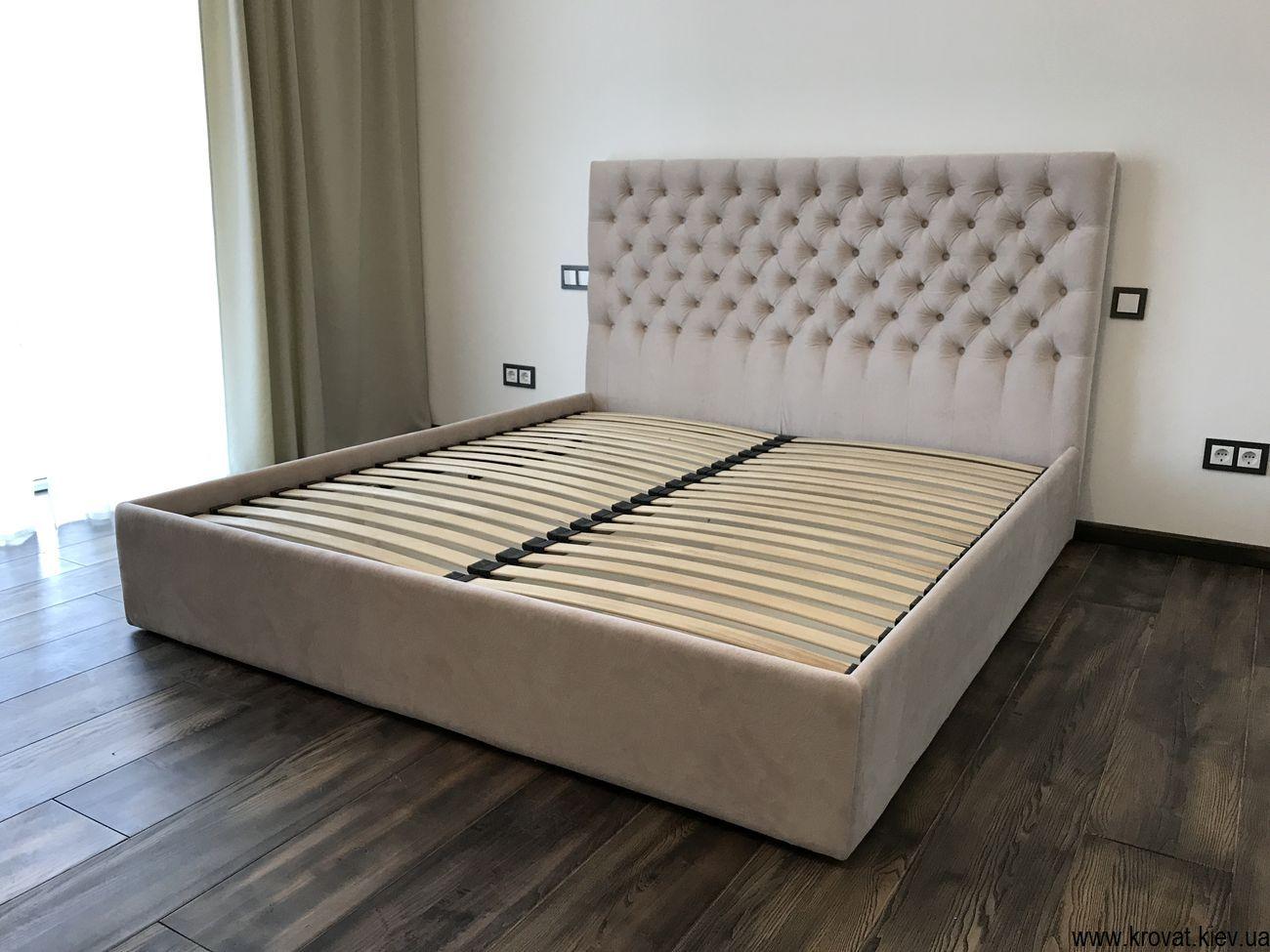 кровать в ткани пони бежевого цвета