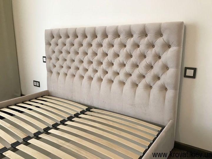 кровать с тканевой обивкой с каретной стяжкой на заказ